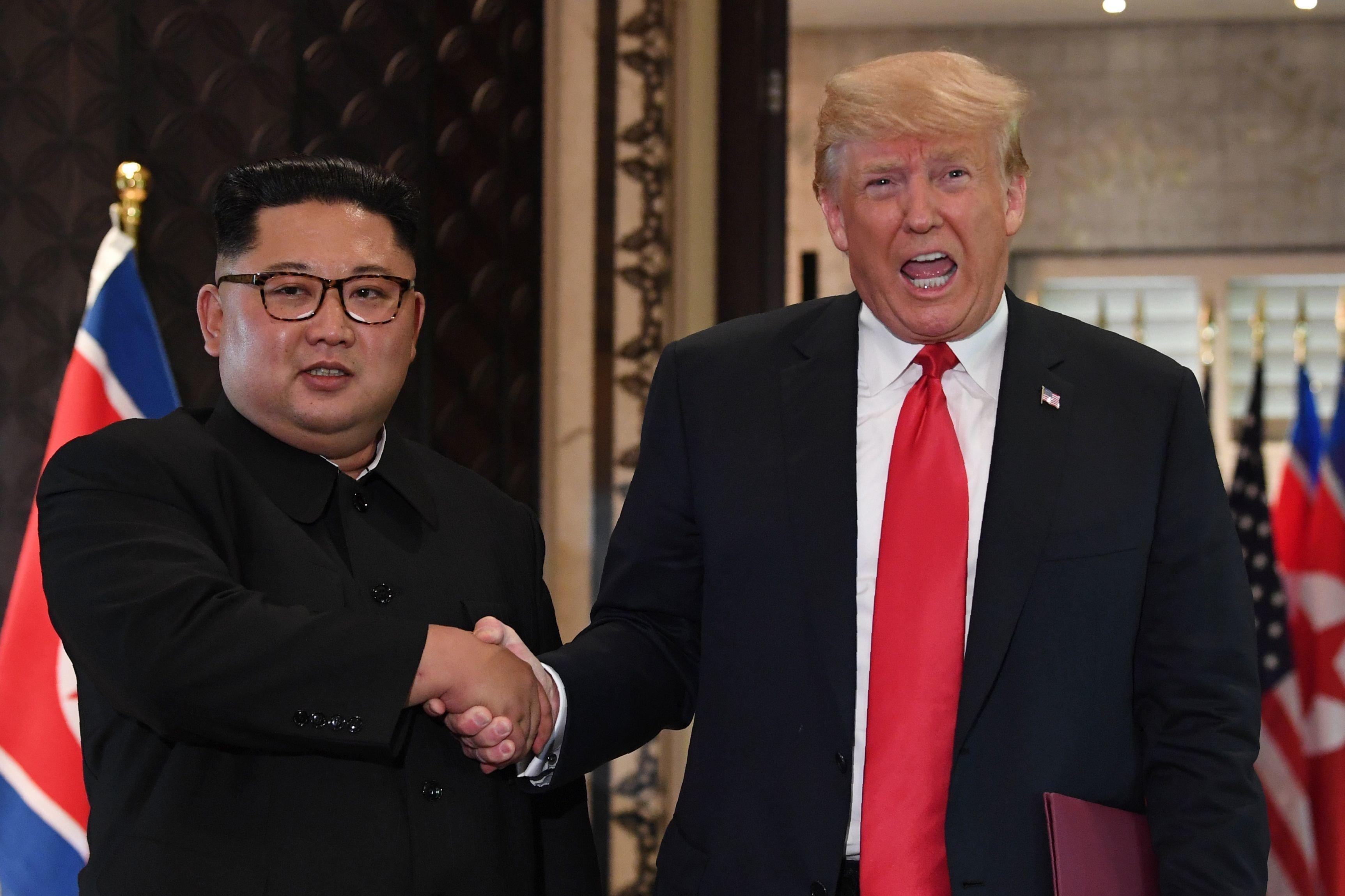 Donald Trump et Kim Jong-un se rencontrent à Singapour, poignée de main historique