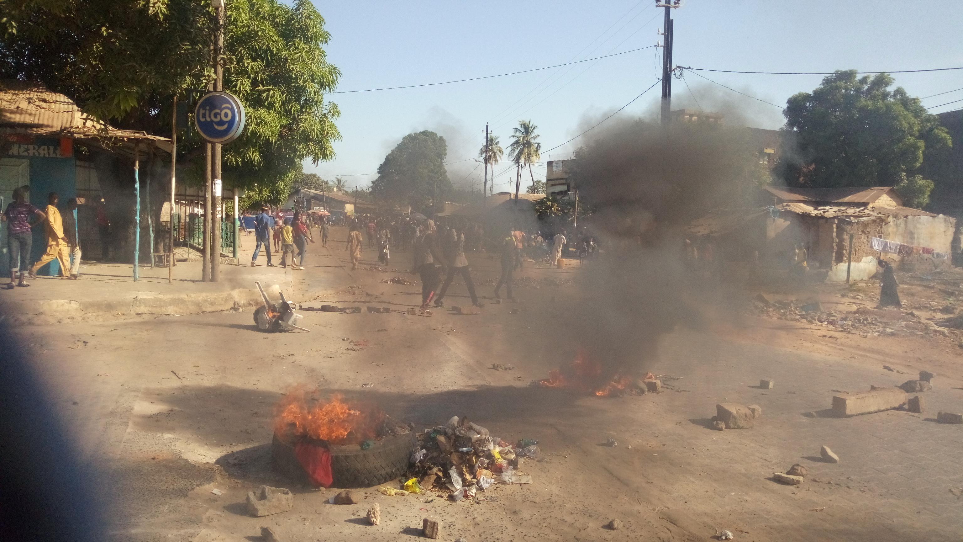 Ça chauffe dans les rues de Ziguinchor. Les étudiants du privé mettent le feu partout sur leur passage