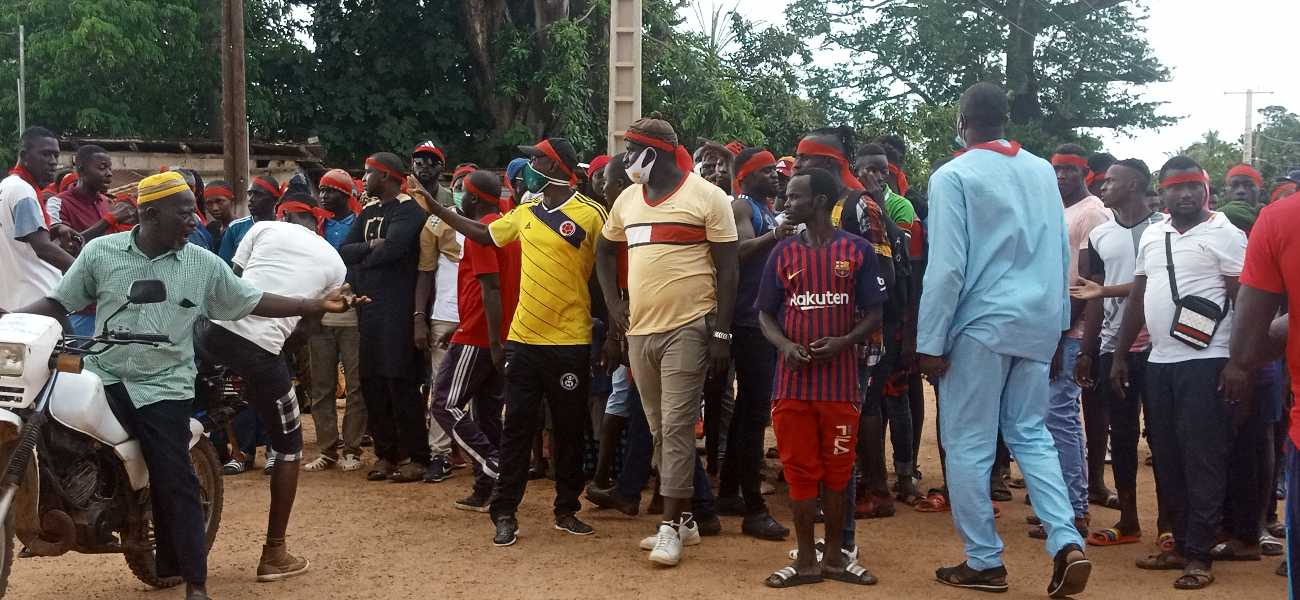 Sindian : Les premières images de la marche des populations pour une route bitumée